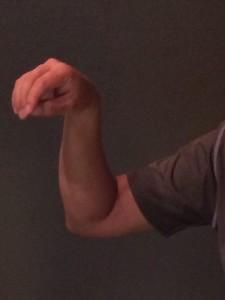 A. ひじを下げた形。おのずと手首も折れる。
