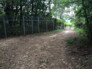 変電所のフェンス。ここから舗装道路。