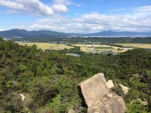 北西に比叡山、琵琶湖、比良の山並みが見えてくる。