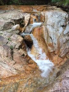 磨かれた花崗岩を掘り込んで流れる沢水。