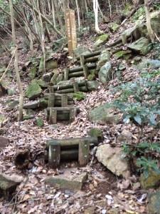丸太階段の道。