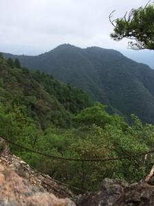 岩場から見る松尾山。