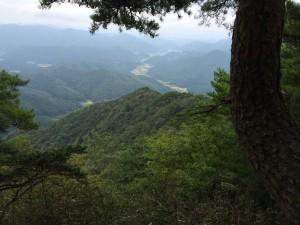 岩場から先ほど歩いてきた住山の谷を見下ろす。