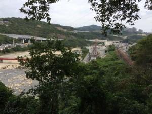 水路道から北側の眺め。武庫川を挟んで中山などが見える。
