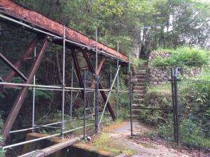 熊ヶ谷川にいったん降りて登り返す。赤い水路橋。