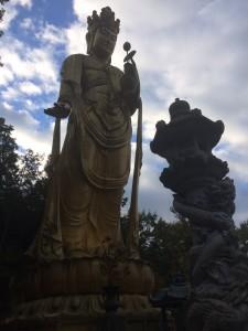 巨大仏像群のなかの一体。