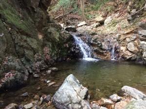 小さな滝だが、右岸をへつり、落ち口をまたぐようにして越える。