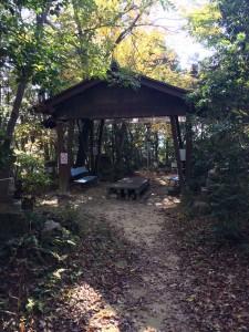 道をまたぐように設置された休憩所。