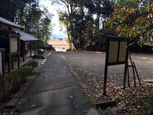 駐車場と休憩小屋とトイレのある広場。
