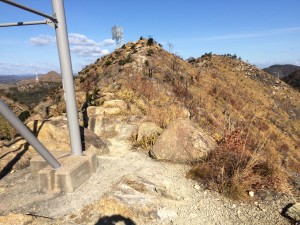 百間岩上の高圧線鉄塔。電波反射板のある次の小ピークを眺める。