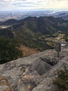 山頂から南、これから向かう尾根と加古川市街を眺める。