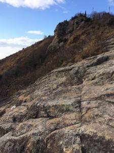 岩盤の途中から高御位山山頂を振り返る。