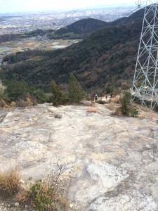 また大きな岩盤があり、途中に高圧線鉄塔がある。