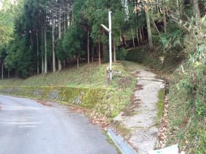 ここが登山道入り口ということになるだろうか。でもコンクリート舗装。