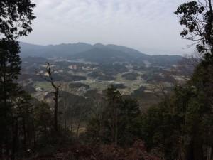 山頂から北西の眺め。右奥に金剛山が霞んでいる。中景は音羽三山。