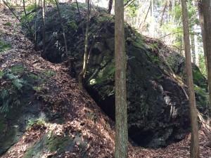 左手に大岩を見ながら