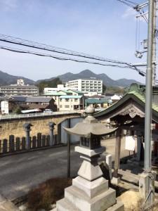「山」の形の額井岳。電線が邪魔。