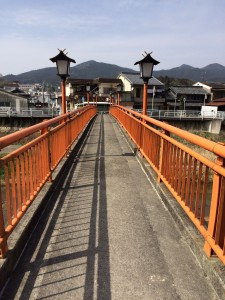 神社前の橋。