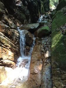 ゴルジュの中の滝。水線の真ん中に足を置いて越える。