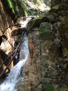 これもゴルジュの中の滝。ここは右が登れる。