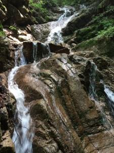 3段20m程度の美しい滝。右から小さく巻く。