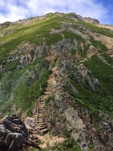 切通岩から大天井岳を見上げる。