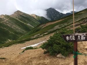 東大天井岳の南側で稜線を越す。前方に常念岳が姿を現わす。