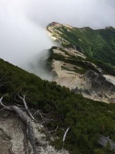燕岳への登路から燕山荘を振り返る。