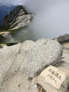 燕岳山頂。奥は北燕岳。