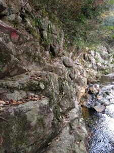 岩壁のトラバース(へつり)が始まる。