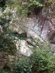 巻道の途中から、下の二条の滝を眺める。