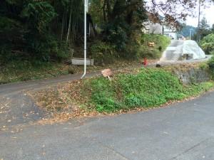 バス停から坂を上がり、鋭角に戻るように右に入る。